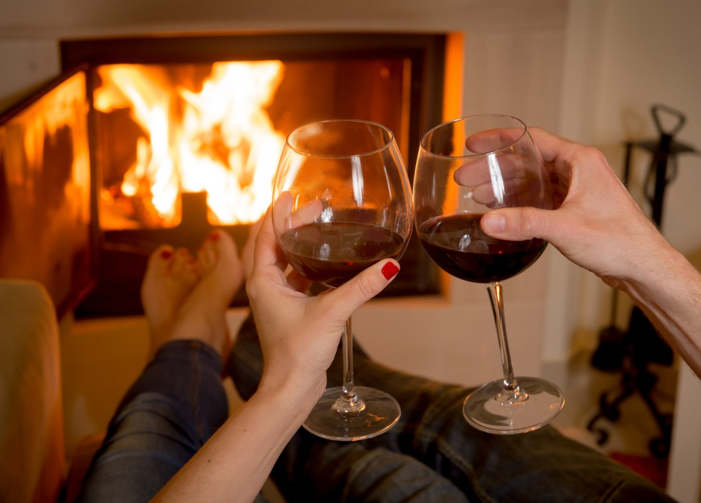 romantic-couple-drinking-wine-infront-of-fireplace-fake-fire-hotel-room-idea